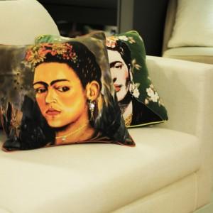 Capa de Almofada em Algodão Cinza Estampa Frida A45xL45 cm